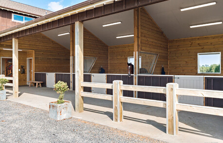 Highgrove barn with stables & apartment